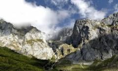 Picos de Europa: reflejos de cielo sobre piedras naranja