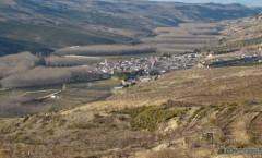 Cacín:  paisaje de viñedos, piedra caliza y pinares