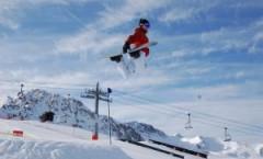 Practicar esquí de estilo libre en Los Alpes